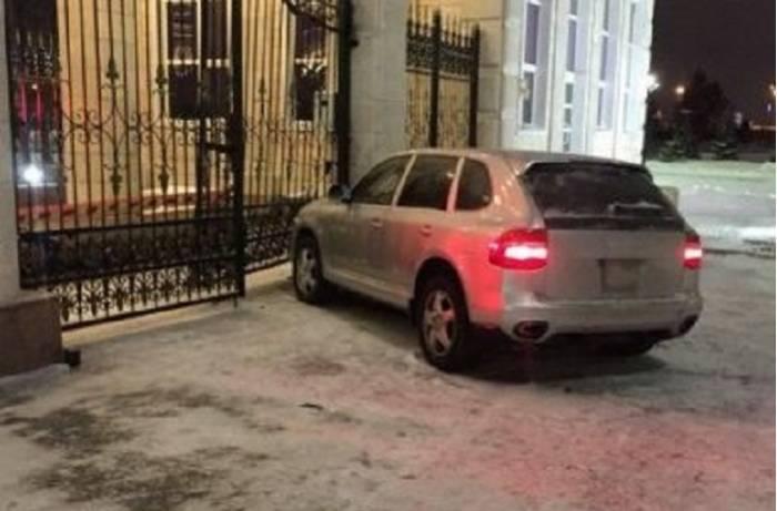 """""""Porsche""""ni Nazarbayevin sarayına çırpan polislər işdən qovuldu"""