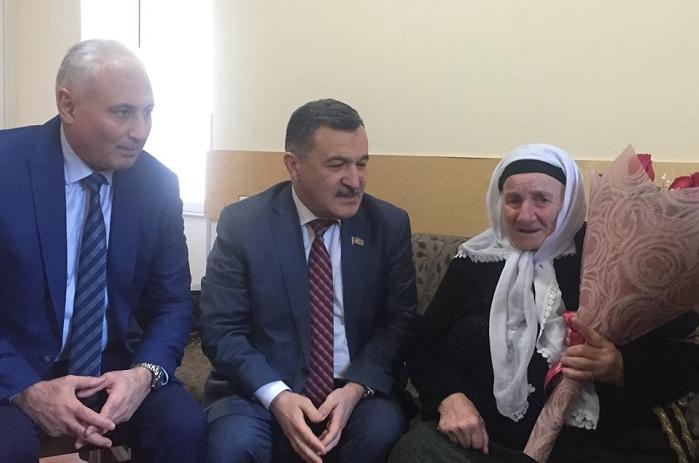 Deputatlar Goranboyda tapılan qadına baş çəkiblər - FOTOLAR