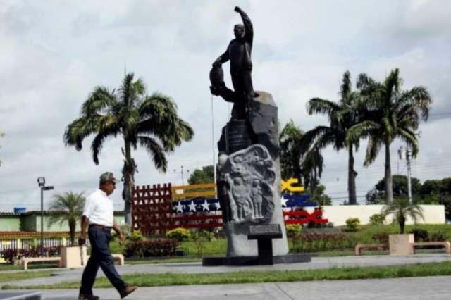 Venezuela soldiers guard Chavez symbols in seething heartland