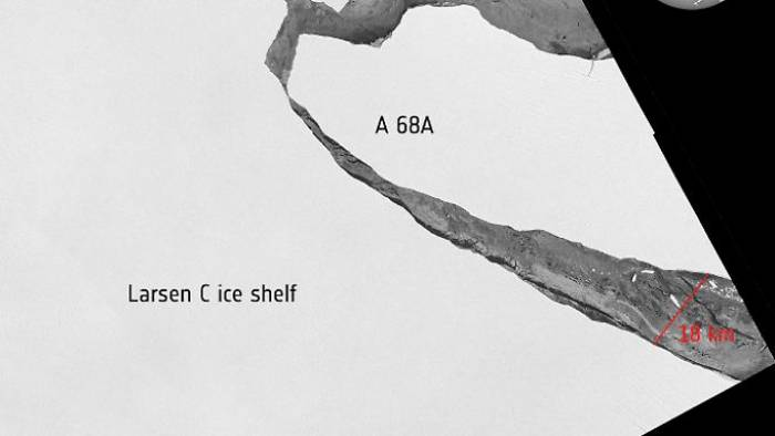 Eisberg-Koloss treibt aufs Meer hinaus