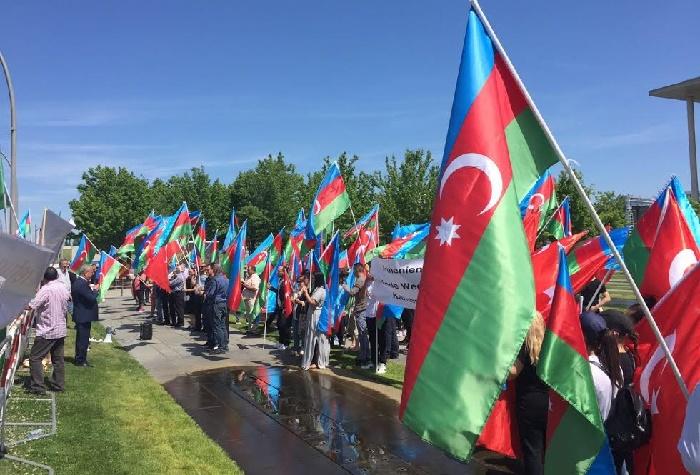Azərbaycanlılar Merkelin ofisi qarşısında aksiya keçirdi