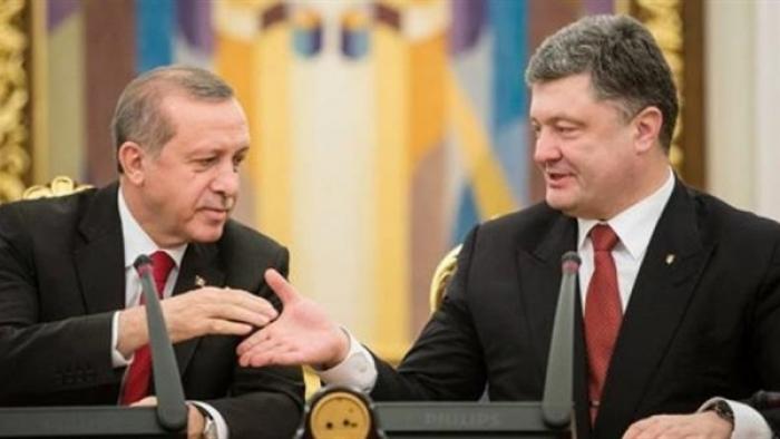 """النوم يغلب أردوغان وبوروشينكو يوقظه في مؤتمر صحفي بـ """"كييف""""-فيديو"""