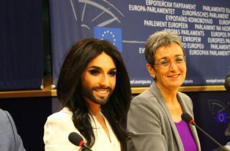 Avroparlamentdə gey-lezbian klounadası