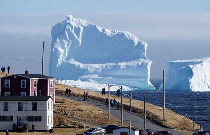 Un enorme iceberg se acerca a la costa de Canadá