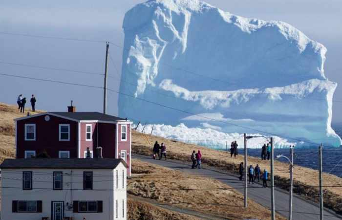 Huge iceberg descends on town in Canada
