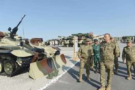 İlham Əliyev hərbi təlimləri izlədi