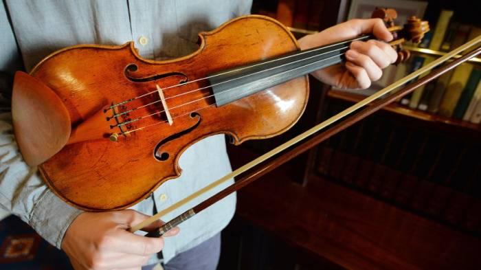 Syrischer Flüchtling spielt auf historischer deutscher Geige