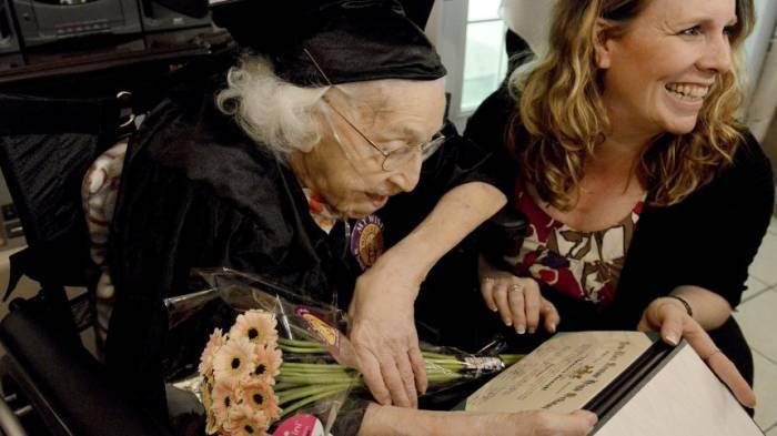 105-Jährige kriegt Highschool-Zeugnis