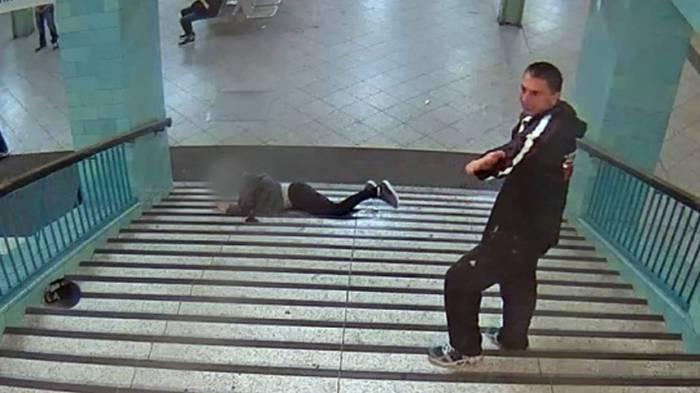 Unbekannter stößt Mann die U-Bahn-Treppe hinunter