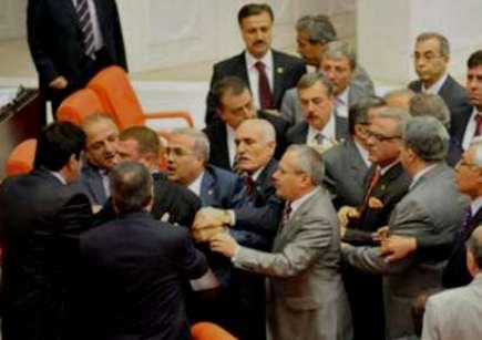 Deputatlar yumruq davasına çıxdı - FOTO