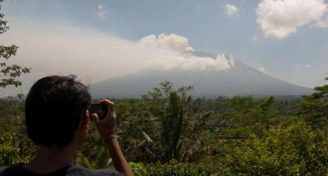 Indonesian Volcano sending out powerful shakes 500 times per day
