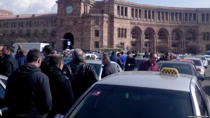 İrəvanda taksi sürücüləri etiraza qalxır