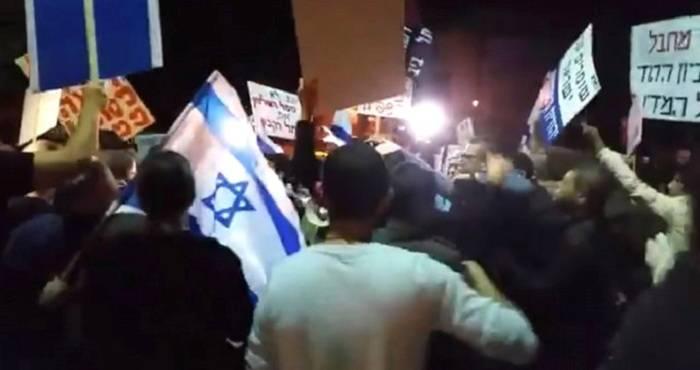 İsraildə yüzlərlə insan etiraza qalxdı - Baş nazirə istefa tələbi (VİDEO)