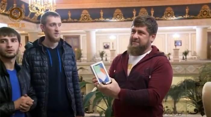 """Putinə şeir yazana """"iPhone X"""" hədiyyə edildi"""