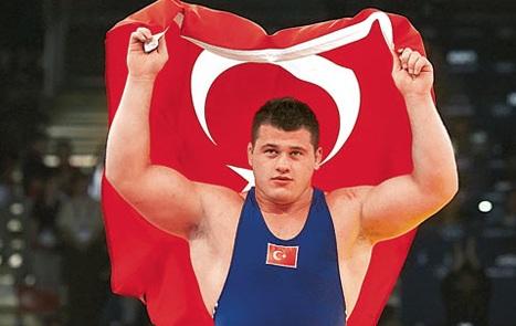 Türk güləşçi ermənilərin badına getdi