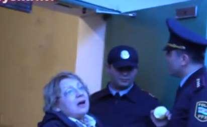 Leyla Yunusun polisə qarşı `tualet şousu` - VİDEO