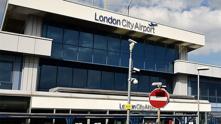 El aeropuerto London City Airport interrumpe sus vuelos por protestas