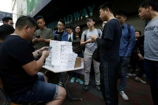 Long lines for iPhone X help push Apple shares to record high