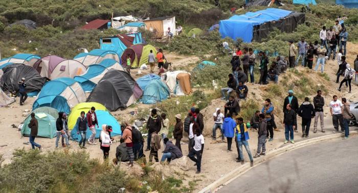 Francia busca lugar de alojamiento para 9.000 inmigrantes de Calais