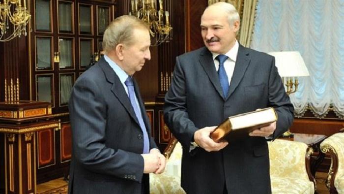 Lukaşenko eks-prezidentə xoruz hədiyyə etdi
