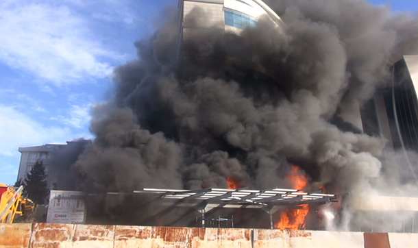 Le feu frappe un hôtel dans le quartier Maltepe d`Istanbul