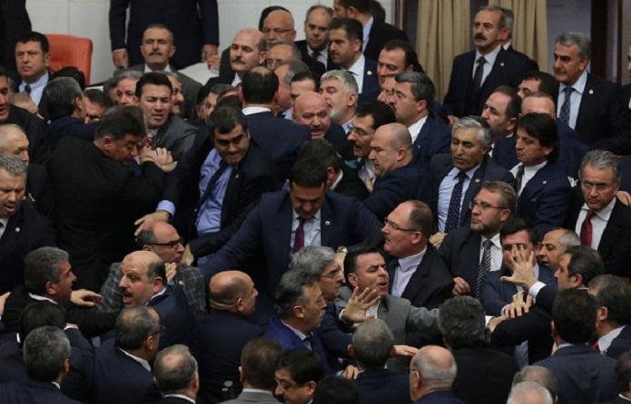 Türkiyədə deputatlar arasında dava düşdü - Video