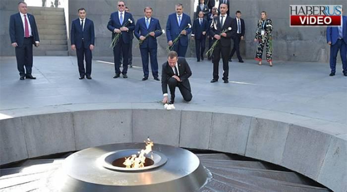 """Medvedev qondarma """"soyqırım"""" abidəsini ziyarət edib - VİDEO"""