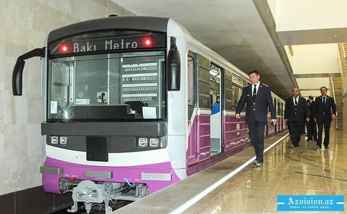 Metroda qorxulu hadisə - Qadın qatarın altına yıxıldı