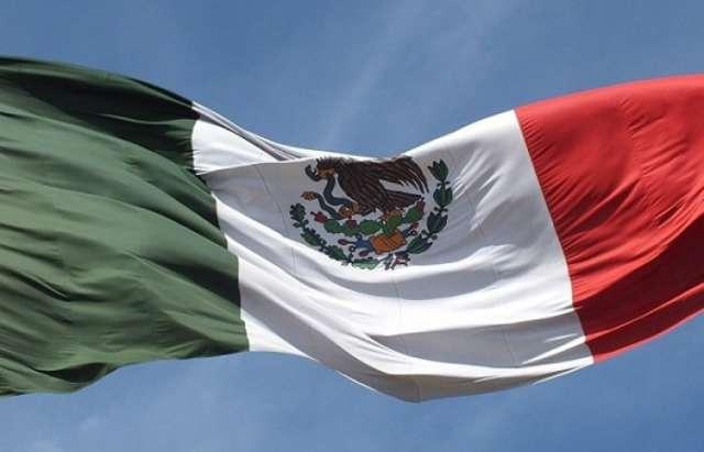 Mueren 7 personas al volcar un tráiler en México