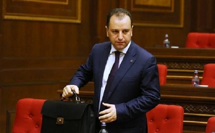 Le cesan en el cargo al ministro de Defensa de Armenia