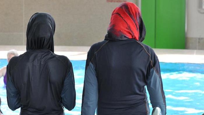 Muslimas müssen mit Jungs schwimmen