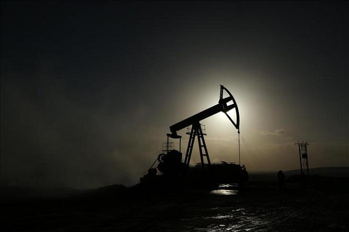 Les cours du pétrole terminent en baisse