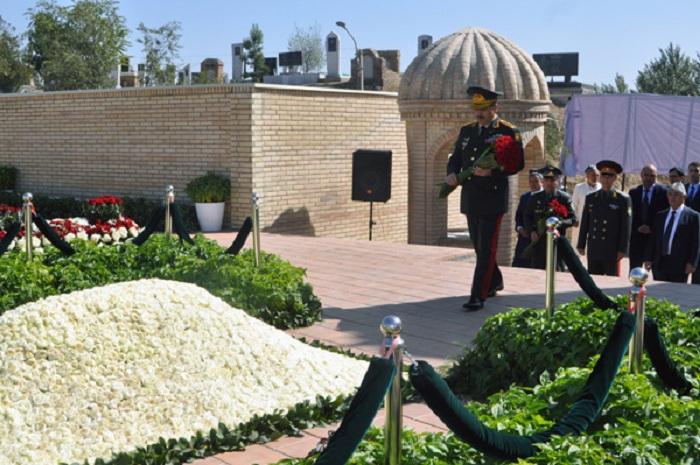 Azerbaijani defense minister pays tribute to late Uzbek president - PHOTOS
