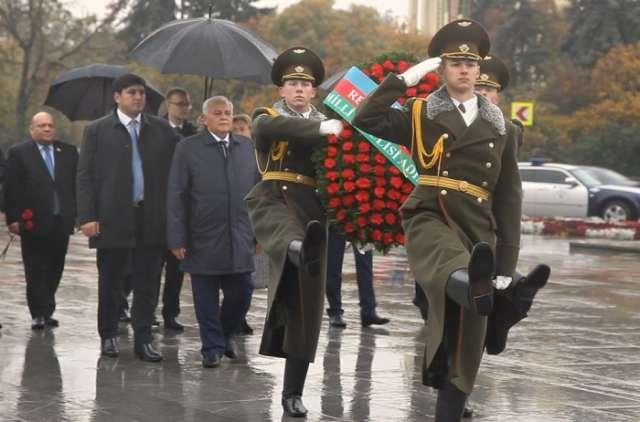 Azerbaijani parliament speaker visits Great Patriotic War monument in Minsk