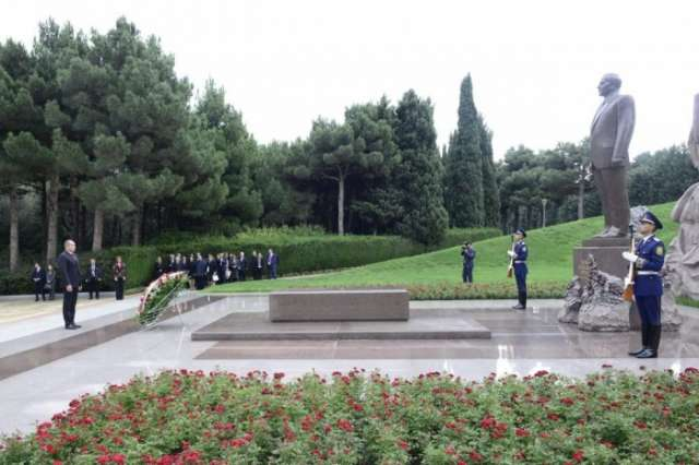 Bulgarian President pays respect to national leader Heydar Aliyev - PHOTOS
