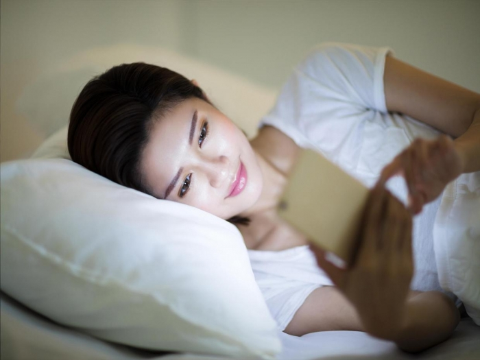 This is what happens to your brain when checking your phone before bed