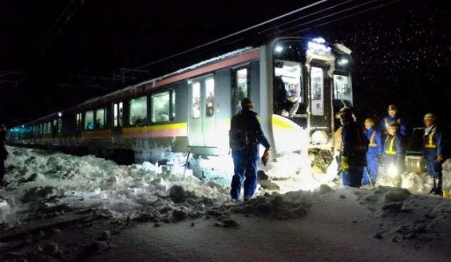 اليابان: تقطع السبل بـ 430 شخصاً على متن قطار بسبب عاصفة ثلجية