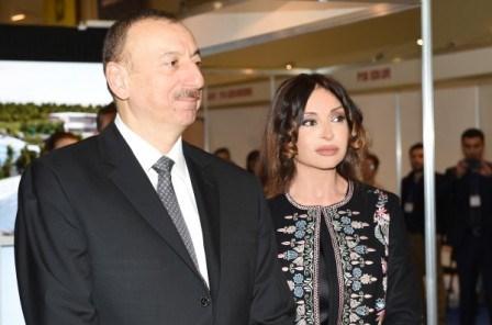 İlham Əliyev xanımı ilə sərgidə - FOTOLAR