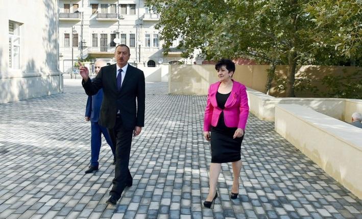 Präsident besucht im Sabayil Rayon von Baku die Mittelschule