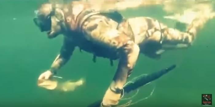 Putin suyun altında balığı belə tutdu - VİDEO