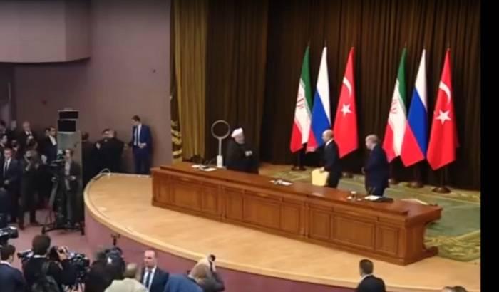 Putin Ərdoğanın oturduğu stulu yerə atdı - VİDEO