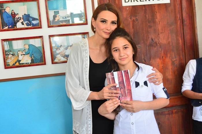 Millət vəkili uşaqlara kitab bağışladı