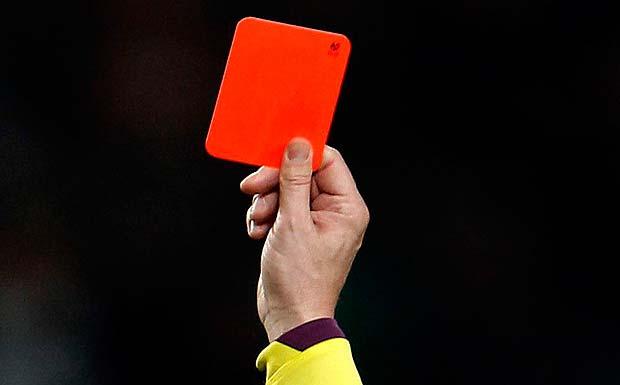 Qırmızı kart alan futbolçu hakimi güllələdi
