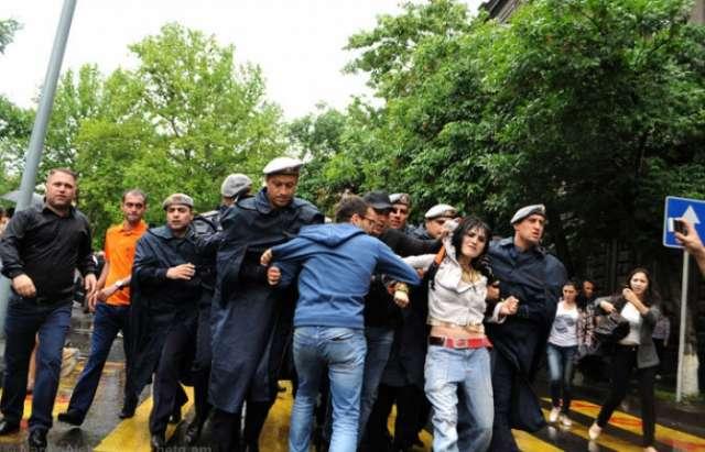 Ermənistanda 10-dan çox jurnalist iş başında döyülüb