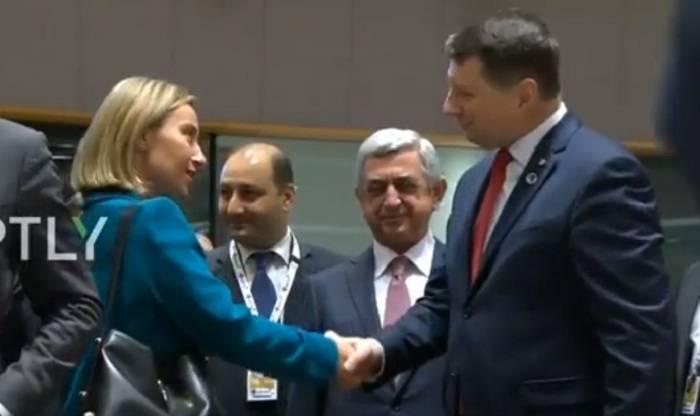 Federica Mogherini hat den armenischen Präsidenten nicht begrüßt - VIDEO