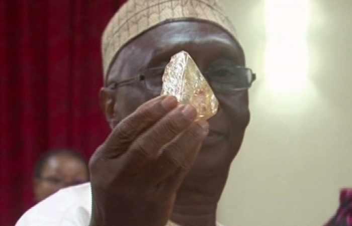 Priester in Sierra Leone gräbt Diamanten aus