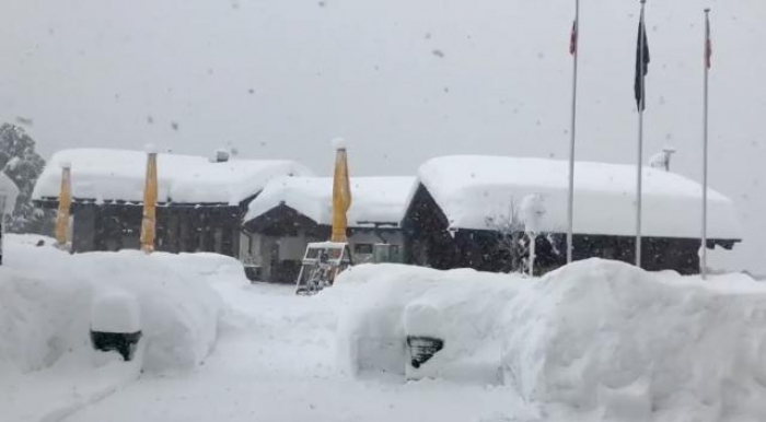 Tourists airlifted from snowbound Swiss ski resort