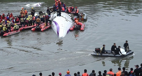 TransAsia Turboprop ATR-72 Crashes Into Taiwan River, Killing 31 - V?DEOS
