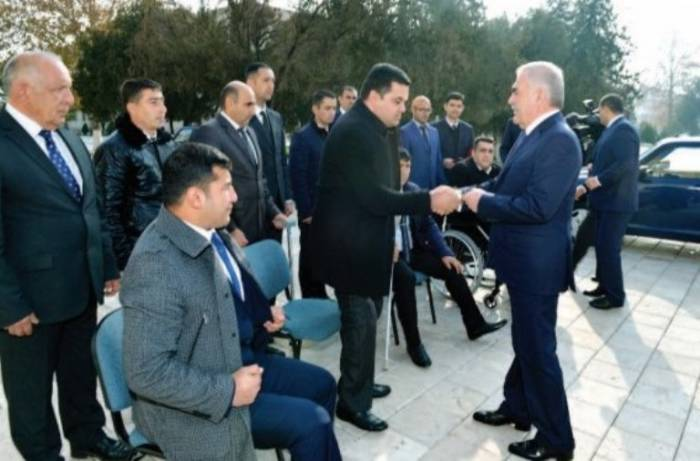 Vasif Talıbov müharibə veteranlarına maşın verib