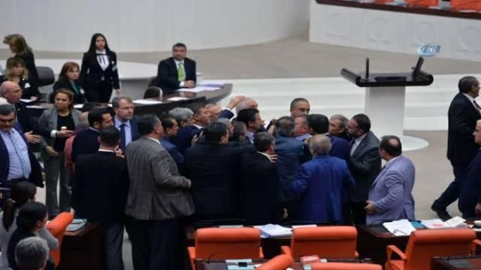 Türk deputatlar arasında dava düşdü